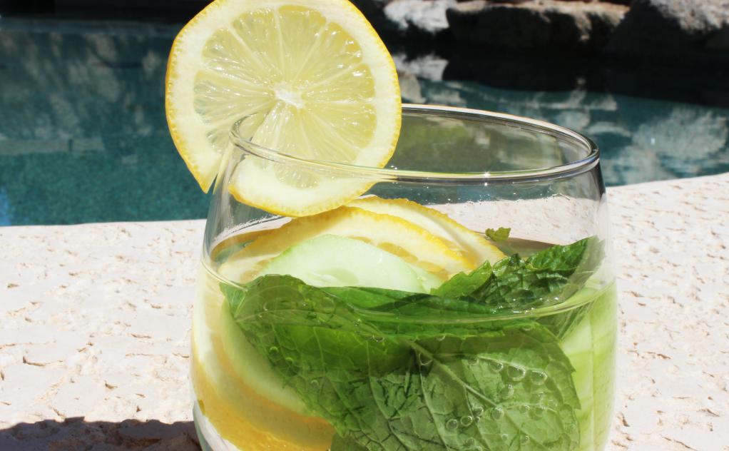 6 motivi per bere acqua detox